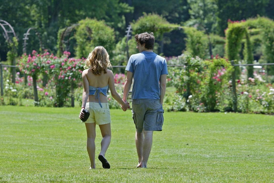 couple qui fait une promenade