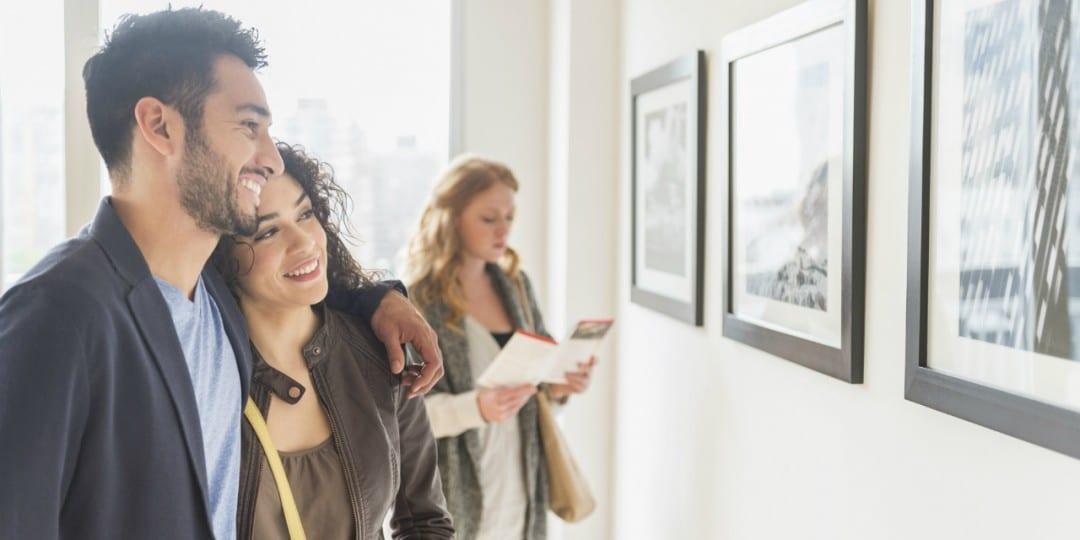 couple qui visite une exposition