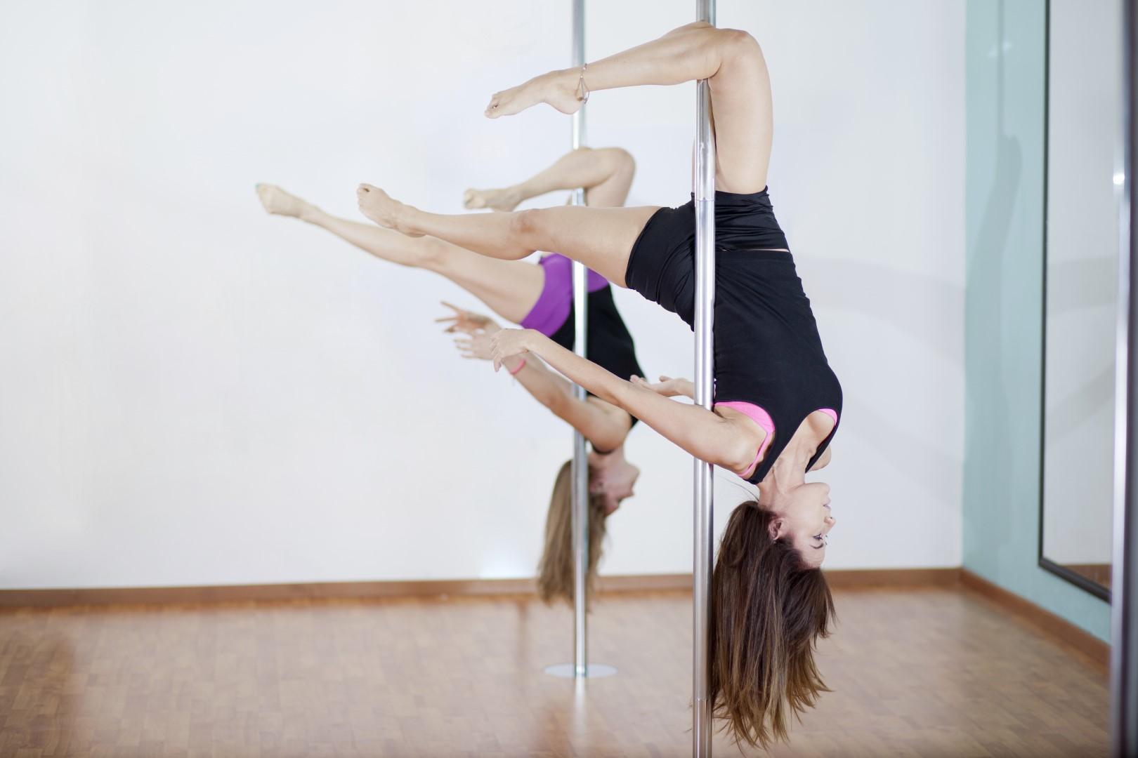 femme qui s'entraine à la pole dance
